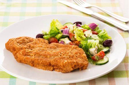 receita-bife-a-milanesa-com-salada-grega-dia-a-dia-616149