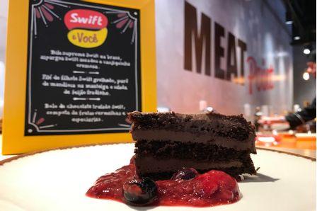 Bolo-de-Chocolate-Trufado-Swift-com-Compota-de-Frutas-Vermelhas-e-Especiarias