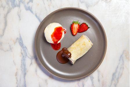 receitas-burrito-de-chocolate-com-sorvete-de-creme-e-calda-de-morango-618255